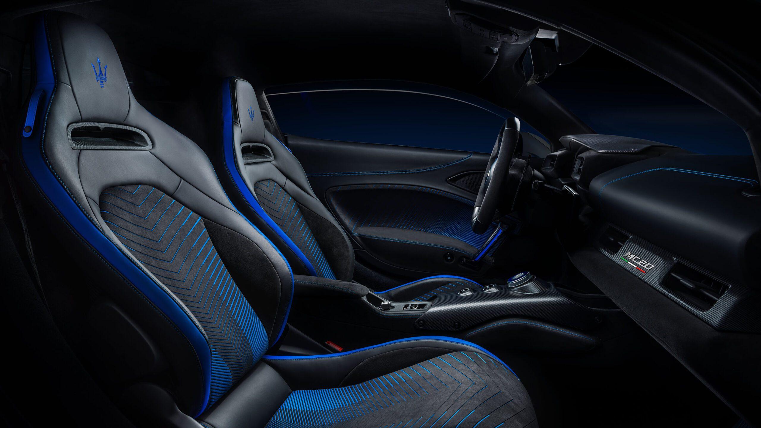 Het Italiaanse merk heeft gekozen voor het fijnste leer, Alcantara en carbon fiber.