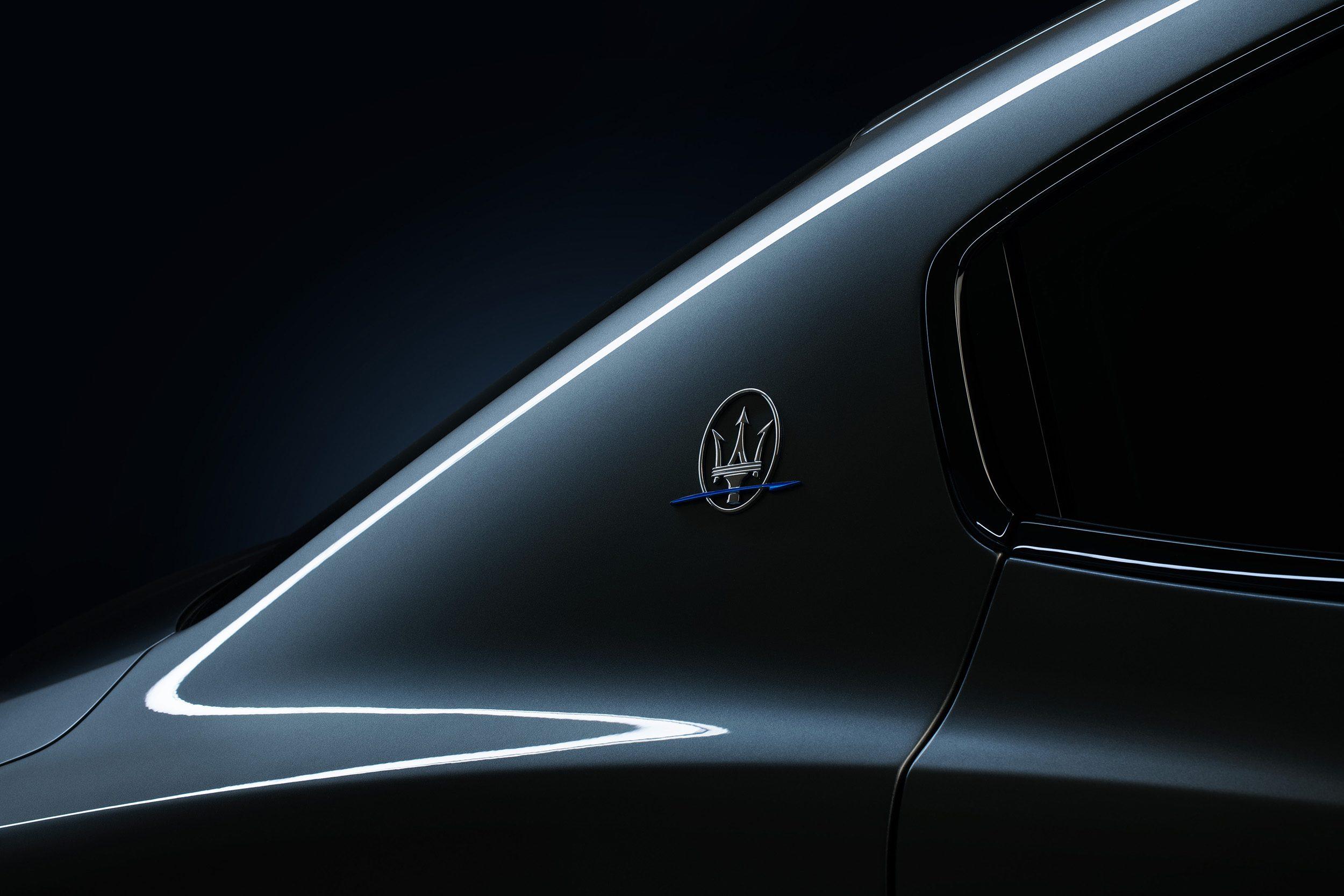 Het logo dat de C-stijl versiert, is bij de Hybrid uitgevoerd met een blauwe bliksemschicht