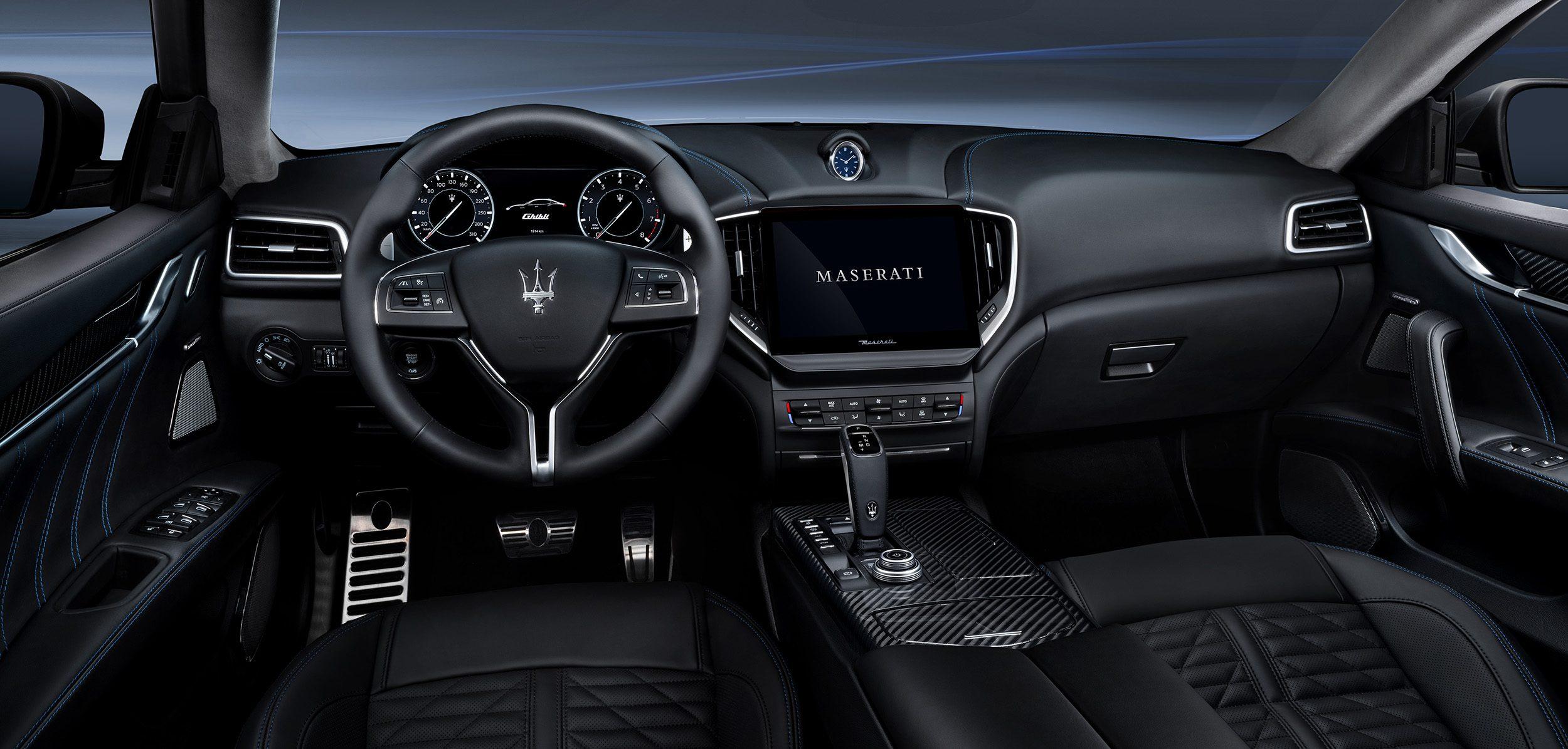 Het interieur is weer van Italiaanse precisie. Het biedt karakter en verfijning, maar vooral luxe staat voorop. Een eigentijdse (zaken)sedan.