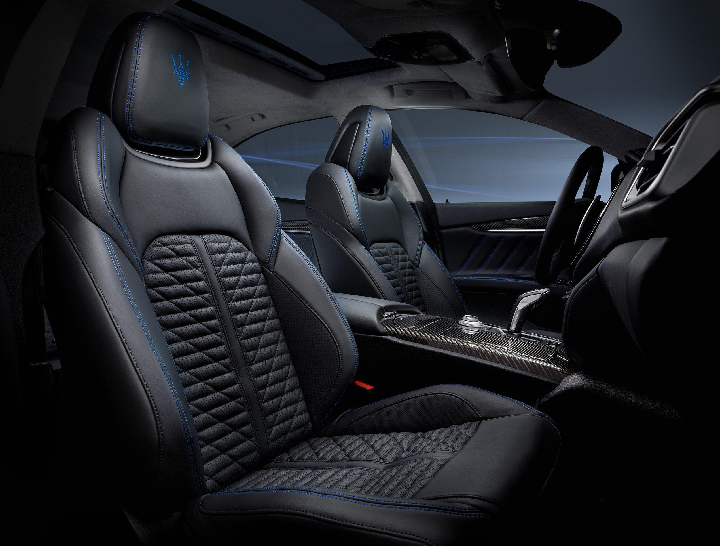 Zoals je mag verwachten bij een Maserati zijn de sportstoelen bekleed met hoogwaardig volnerf 'Pieno Fiore' leer