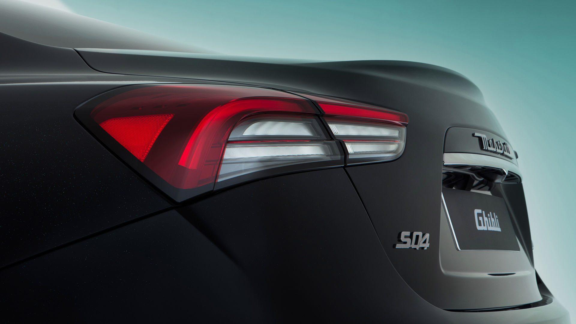 De 'boemerang'-achterlichten zijn geïnspireerd door de lichten van de Maserati 3200 GT, ontworpen door Giugiaro.