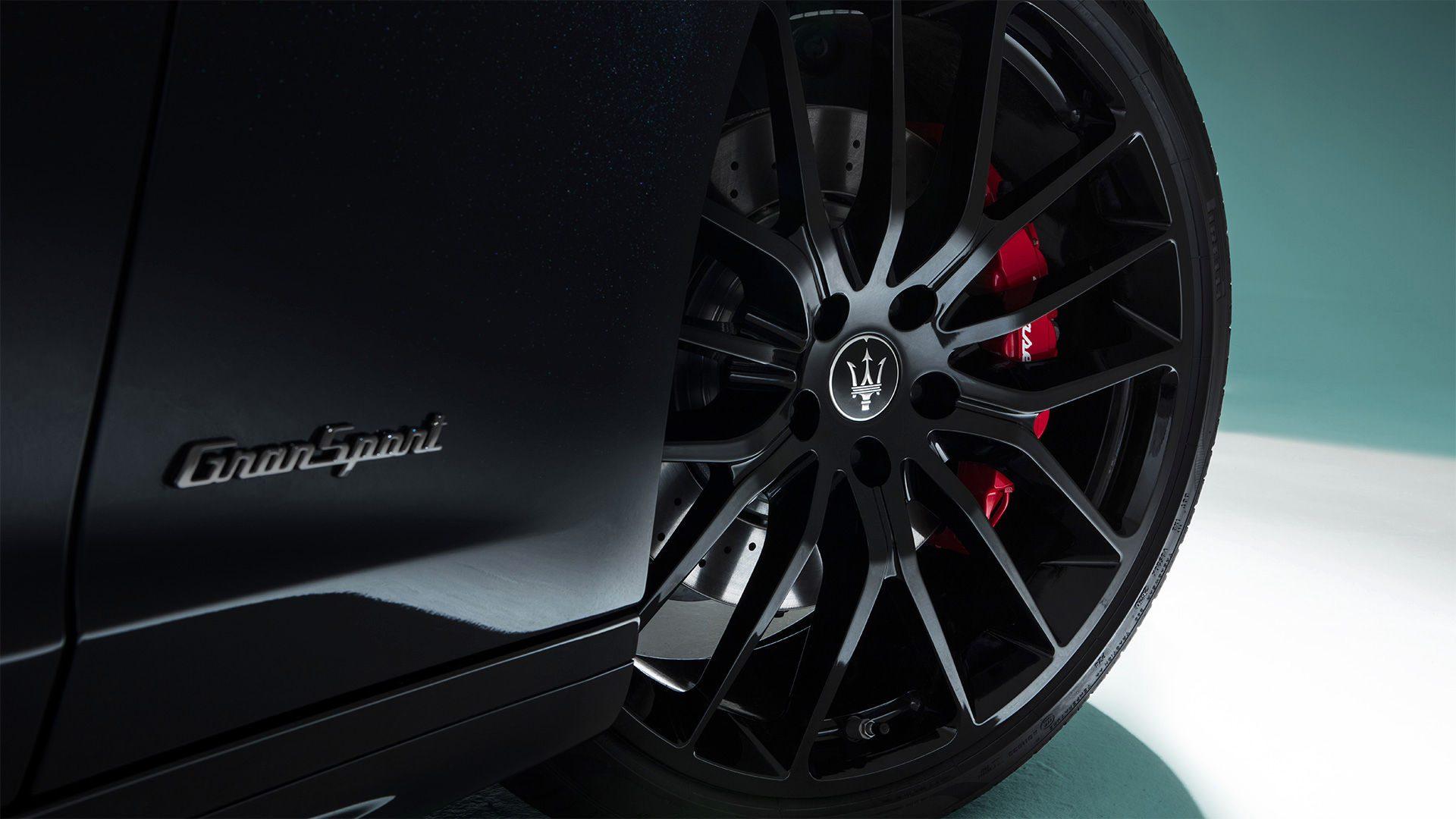 """Er is keuze uit veertien verschillende velgen, van 18"""" tot 21"""". Van mat zwart en rood tot glossy black titanium wielen."""