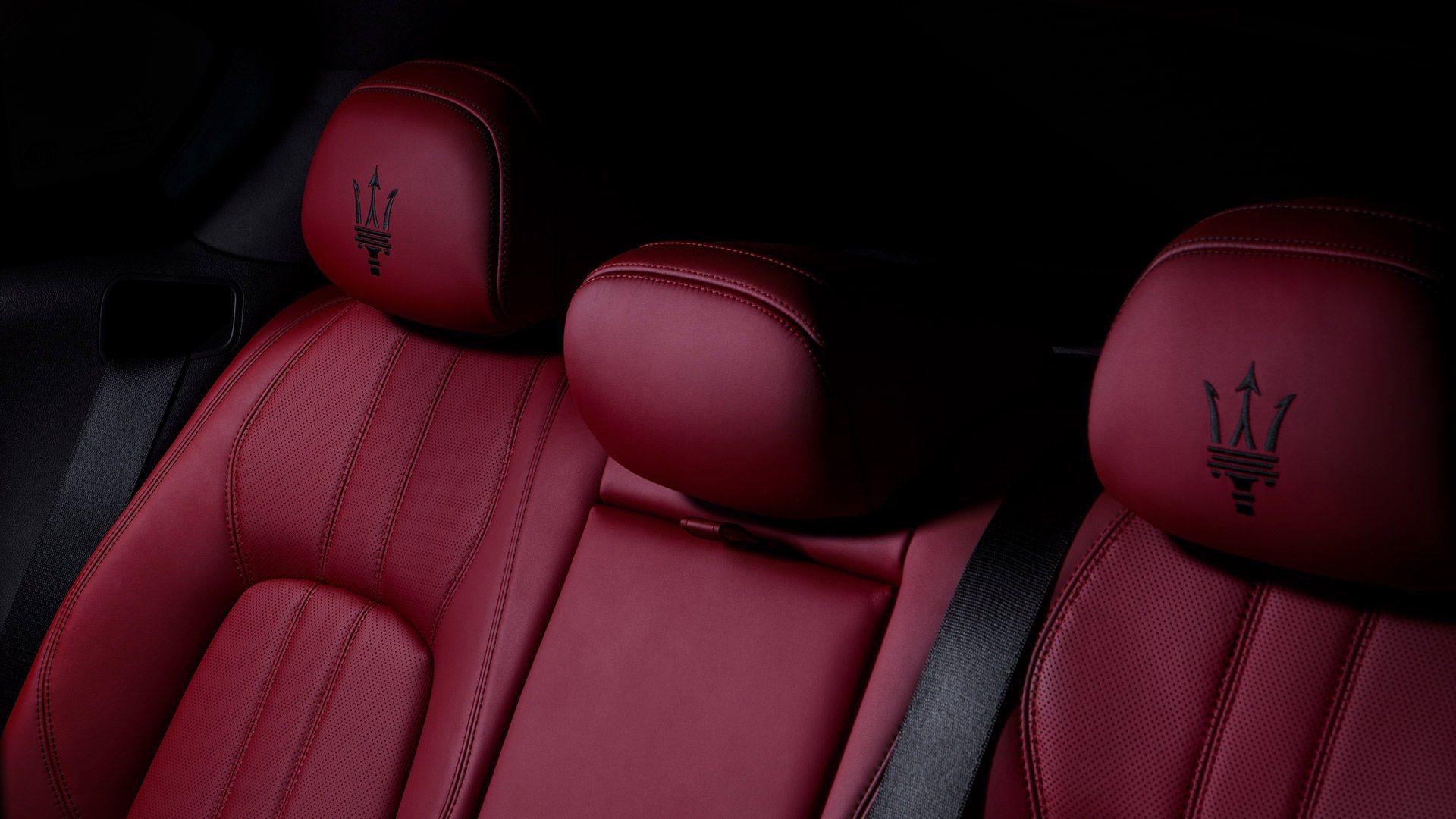 De 60/40 neerklapbare achterstoelen bieden voldoende ruimte om bagage mee te nemen. Wanneer de middenstoel volledig is neergeklapt, heb je een bijna vlakke verlenging van de laadvloer.