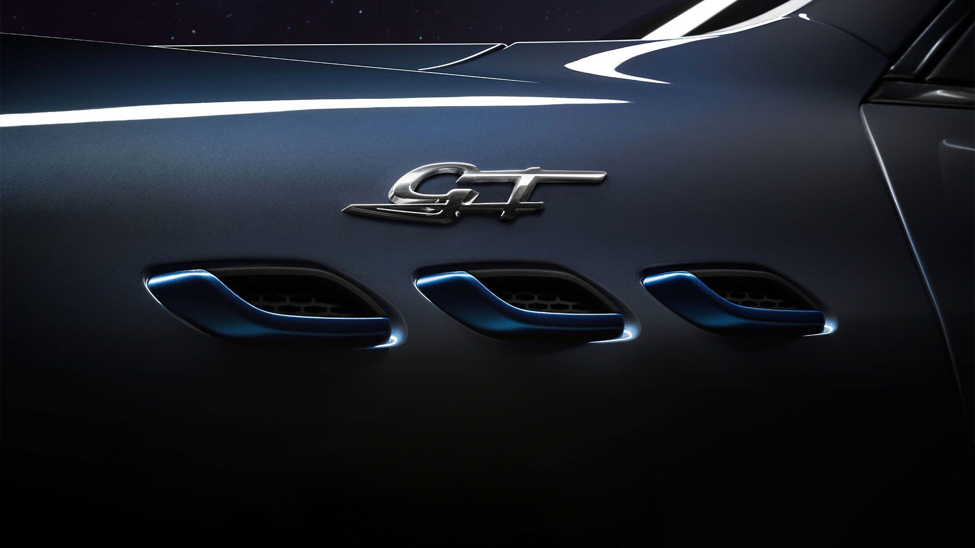 Om de elektrische vonken van de Levante Hybrid uit te lichten, worden de drievoudige luchtroosters 'getroffen' door een vleugje blauw.